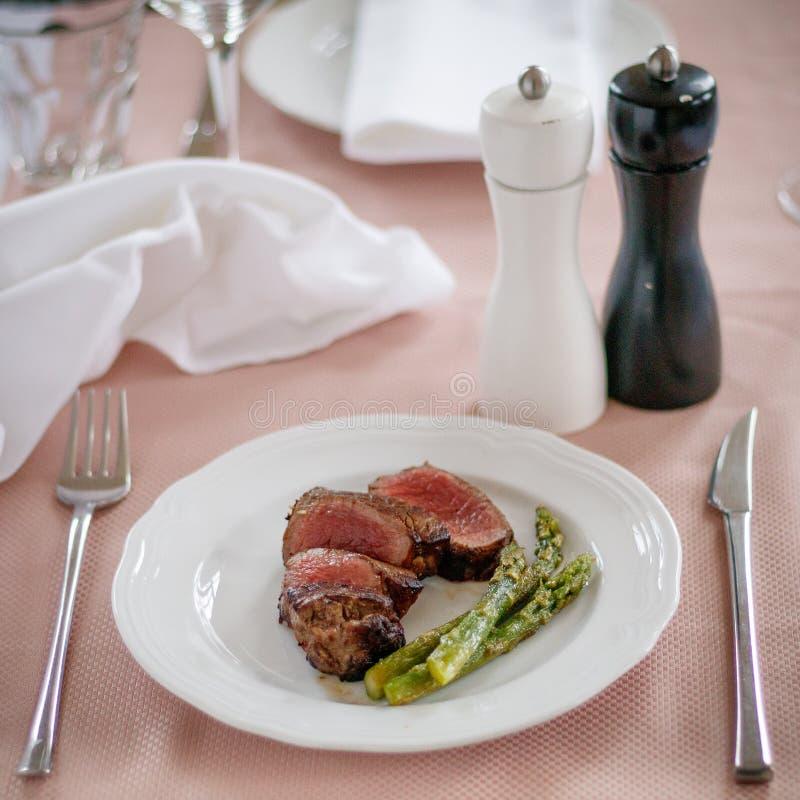 Milieu de bifteck de boeuf grillé et asperge image stock