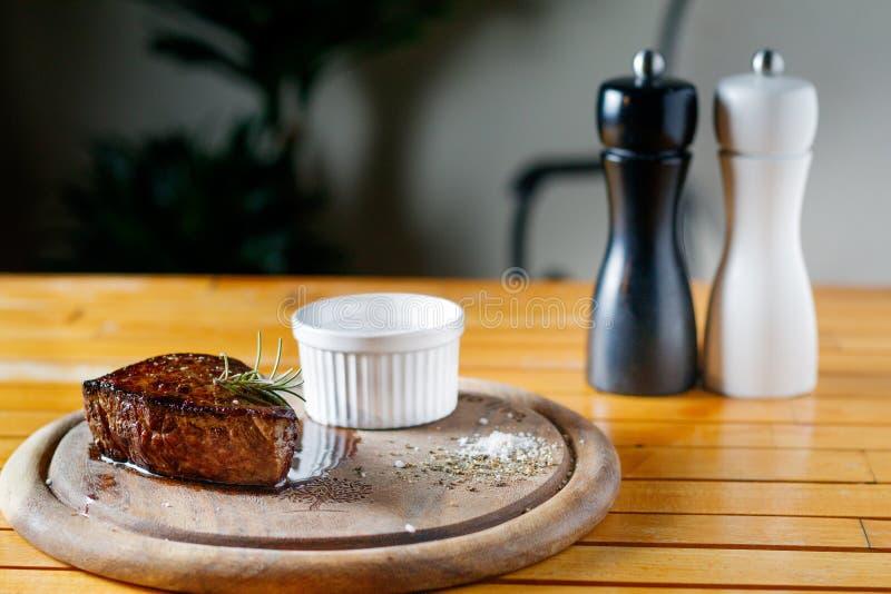 Milieu de bifteck de boeuf grillé et sauce photographie stock libre de droits