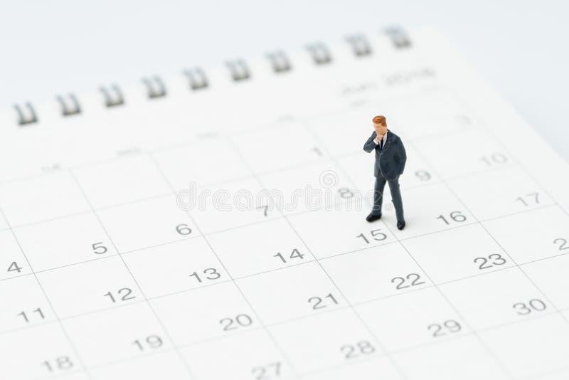 Milieu de mois pour l'homme de salaire, concept de chronologie ou de programme, type miniature de bureau d'homme d'affaires de pe photo libre de droits