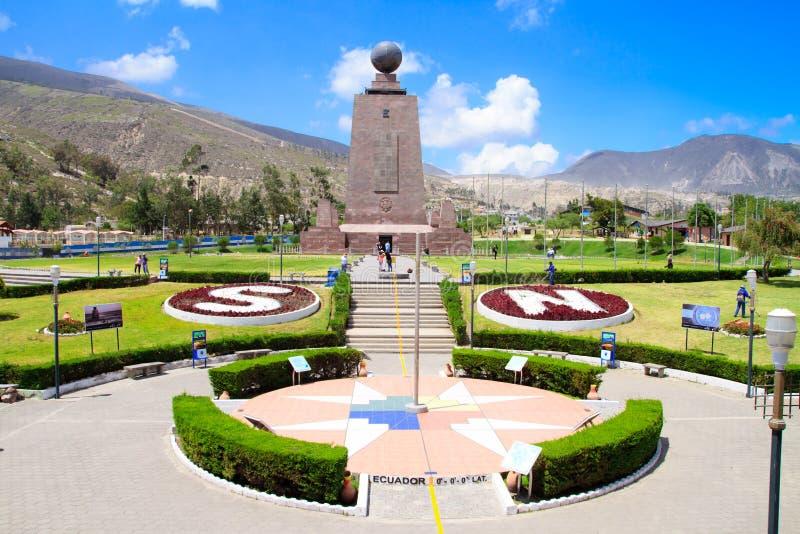 Milieu du monument Equateur du monde. photos stock