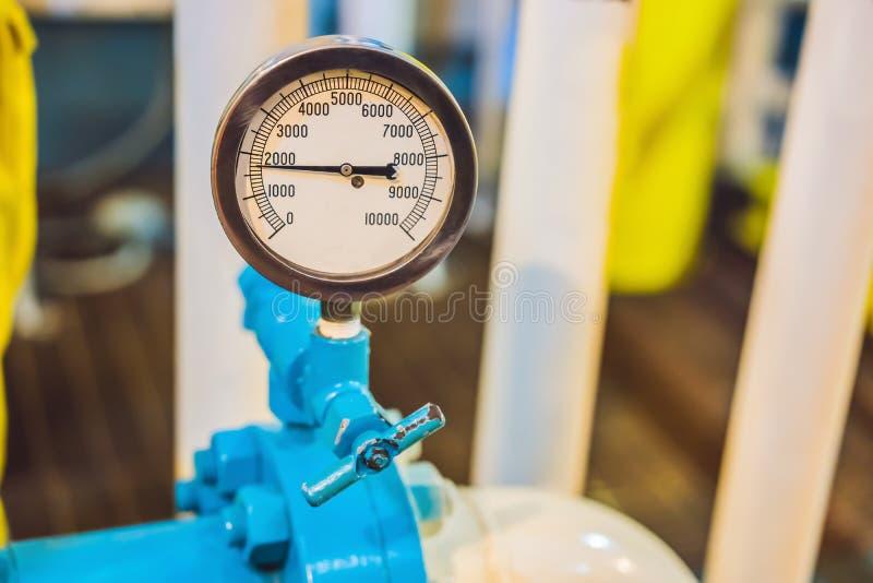 Milieu industriel de capteur de pression, plateforme pétrolière ou usine à gaz liquéfiée photo libre de droits