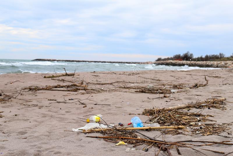 Milieu probleem Het concept van de ecologie plastiek op het strand Gemorst huisvuil op het strand stock fotografie