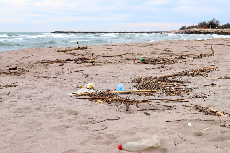 Milieu probleem Het concept van de ecologie plastiek op het strand Gemorst huisvuil op het strand royalty-vrije stock fotografie
