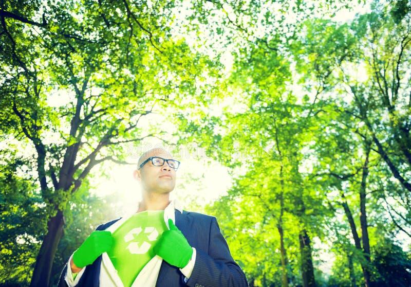 Milieubehoudszakenman in Superhero-Thema stock foto