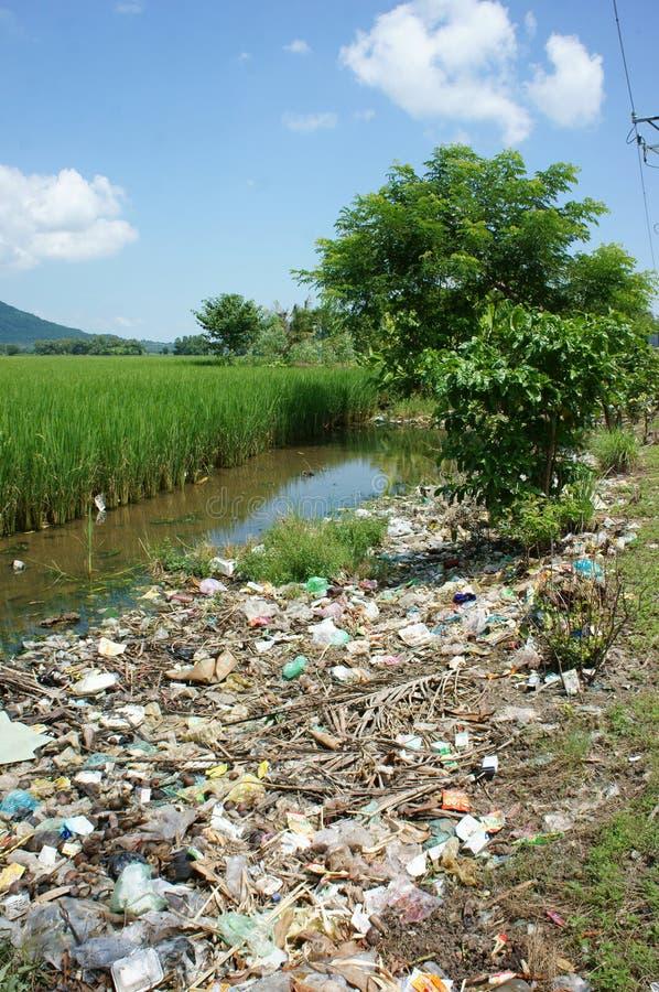 Milieuprobleem, stortplaats, verontreinigde landbouwgrond, stock foto's