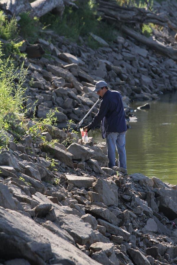 Milieuschoonmaak langs een rivier royalty-vrije stock foto's
