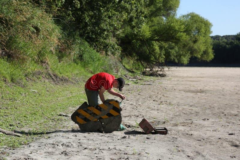 Milieuschoonmaak langs een rivier royalty-vrije stock afbeelding