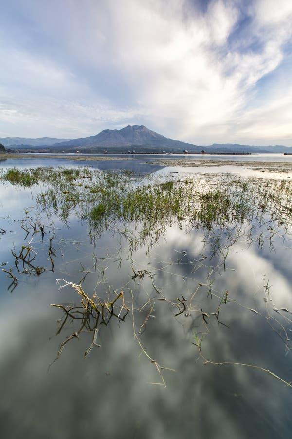 Milieuschot van het meer Batur royalty-vrije stock afbeeldingen