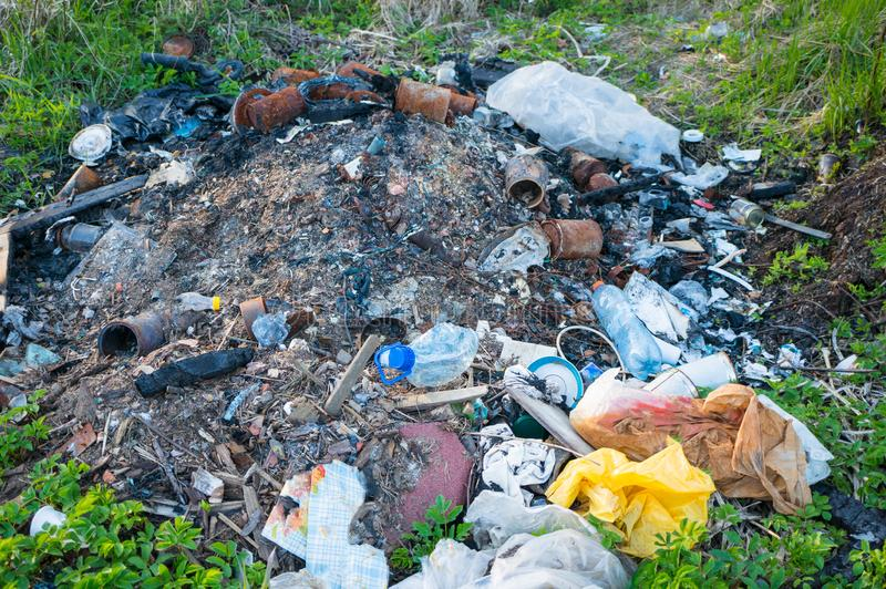 Milieuvervuiling door afval Een gebrande stapel van afval Ecologische problemen royalty-vrije stock afbeelding