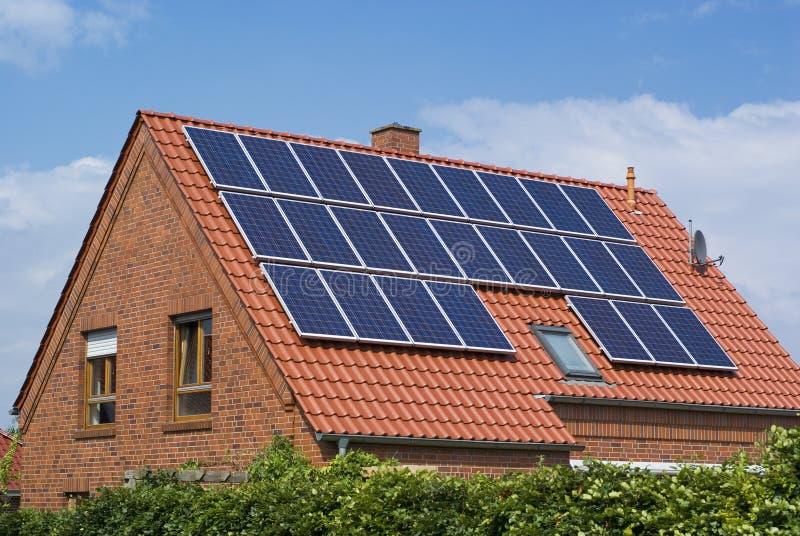 Milieuvriendelijk, zonnepanelen. stock fotografie