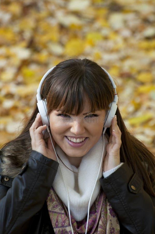 miling妇女的方式耳机 免版税库存照片