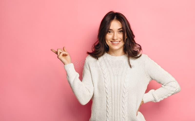 Milings mooie jonge vrouw die copyspace over levendig roze tonen royalty-vrije stock afbeeldingen