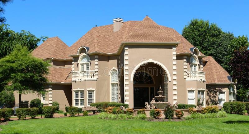 Milione dollari Tan e casa suburbana del ceto alto dello stucco in Germantown, Tennessee immagine stock