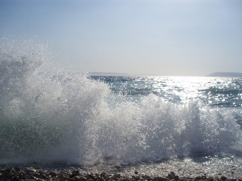Milioni di gocce di acqua nell'aria sulla spiaggia del epi del  di TuÄ immagine stock