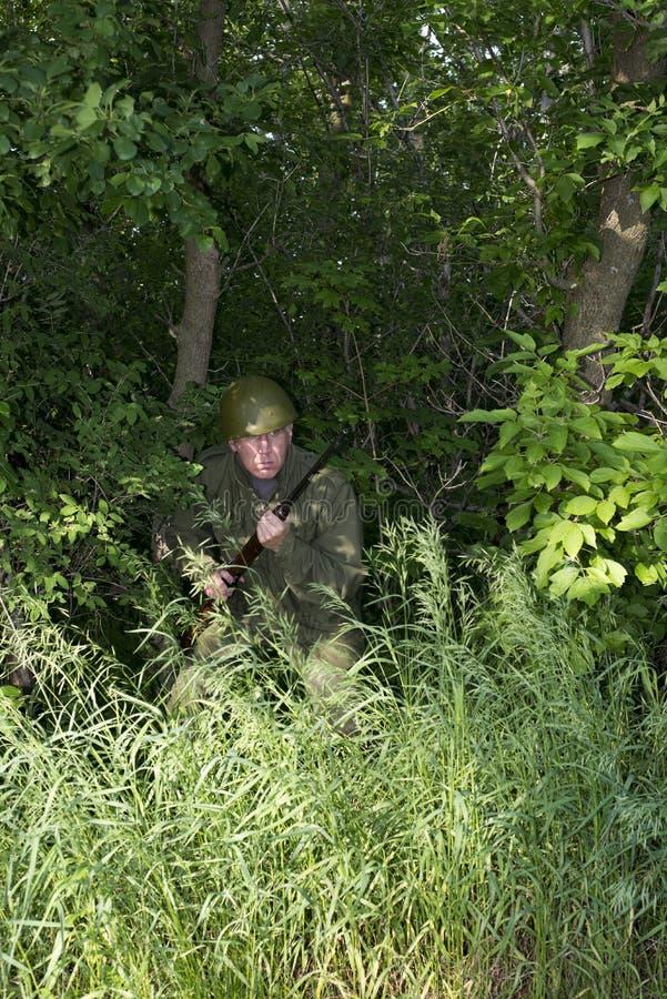 Militär armésoldatFighting In Jungle strid royaltyfri fotografi