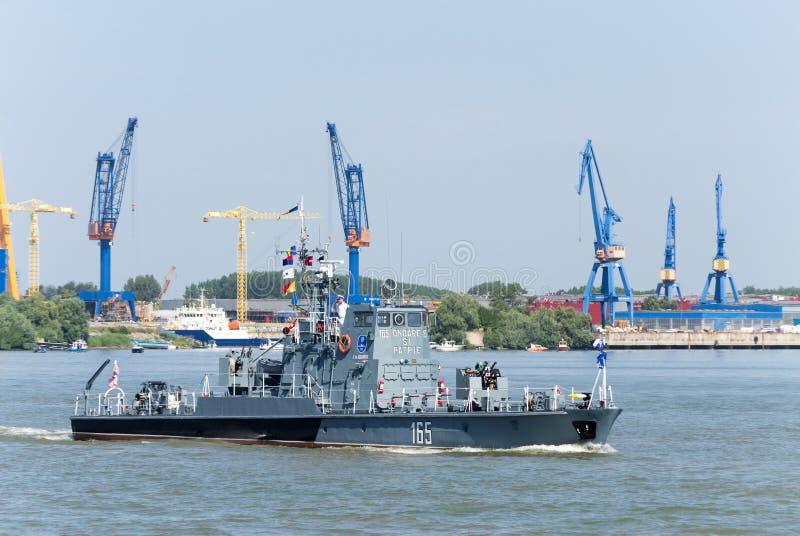 Militär armerat patrullfartyg på Danubet River arkivbilder