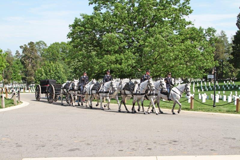 Militär begravning på Arlington den nationella kyrkogården royaltyfri foto