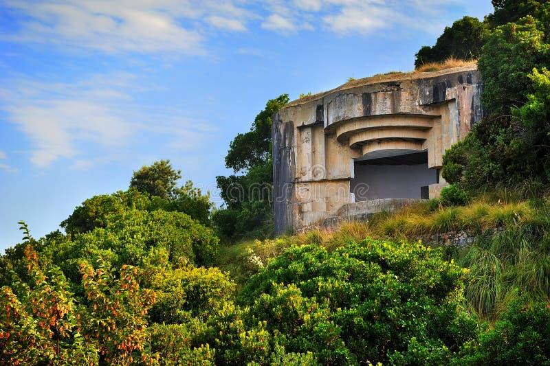 Militär bunker för Punta chiappa i medelhavet royaltyfria bilder