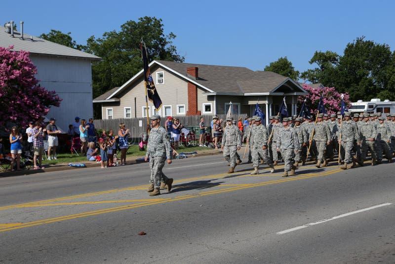 Militär an der Parade lizenzfreies stockbild