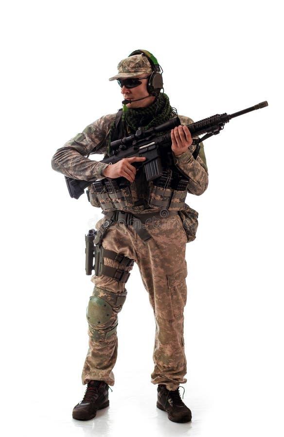 Militär dräkt för man en soldat i moderna tider på en vit bakgrund arkivbild