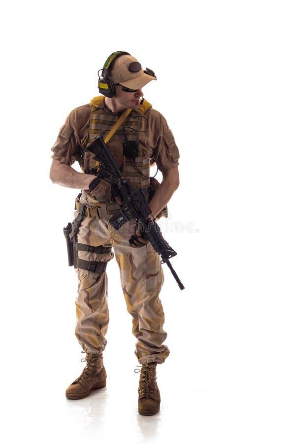 Militär dräkt för man en soldat i moderna tider på en vit bakgrund royaltyfria foton