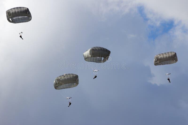 Militär fallskärmsjägareinvasion arkivbilder