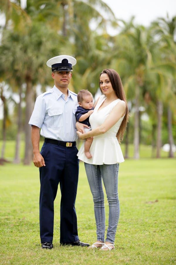 Militär familj i parkera arkivfoto