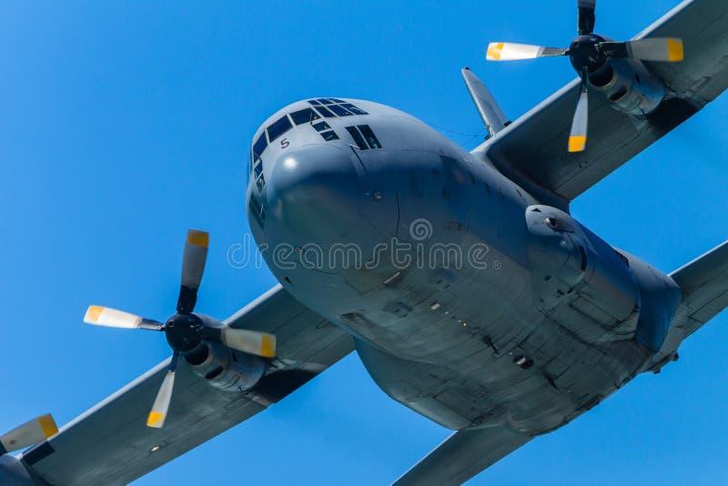 Militär-flacher viermotoriger Fliegen-Durchlauf lizenzfreie stockbilder