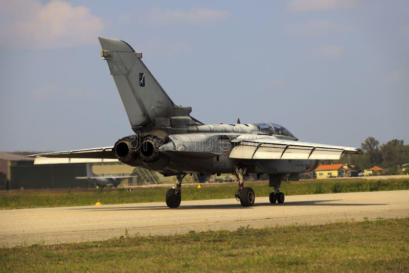 Militär flygbas Cameri, det italienska akrobatiska laget 'Frecce Tricolori 'under en airshow arkivfoto
