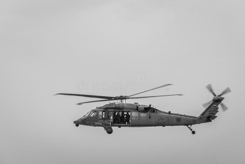 Militär helikopter i flyg arkivfoto