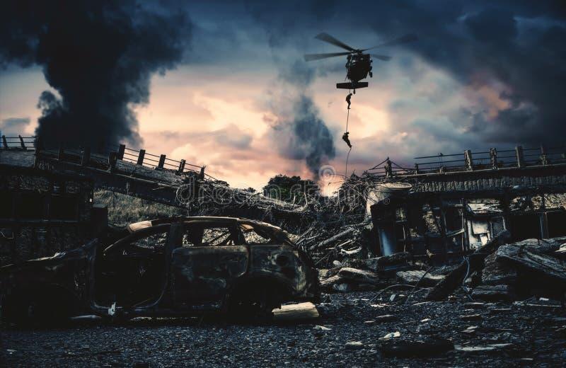 Militär helikopter och styrkor i förstörd stad royaltyfria foton