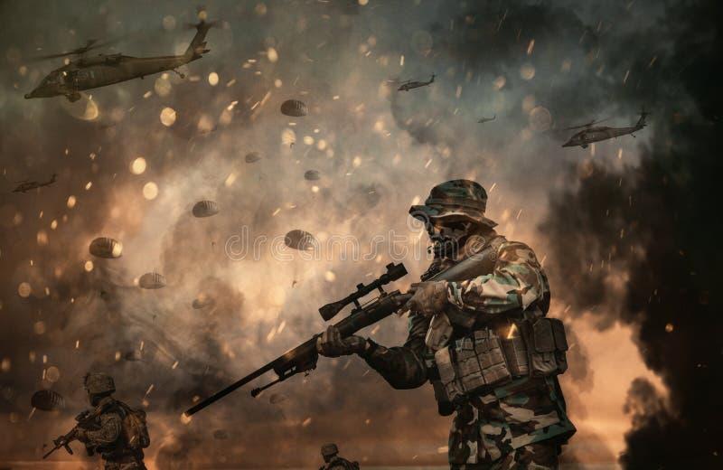Militär helikopter och styrkor i slagfältet på solnedgången royaltyfria bilder