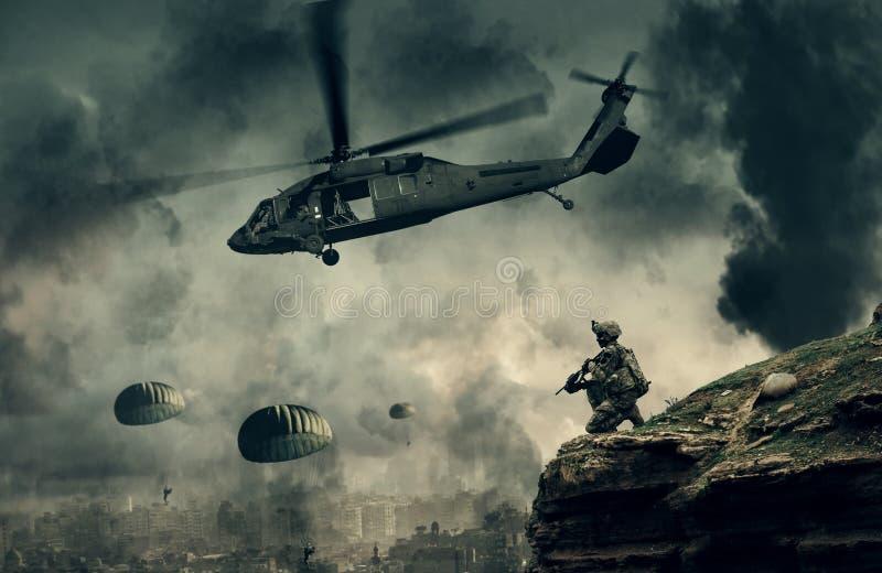 Militär helikopter och styrkor mellan brand och rök i förstörd stad royaltyfria foton