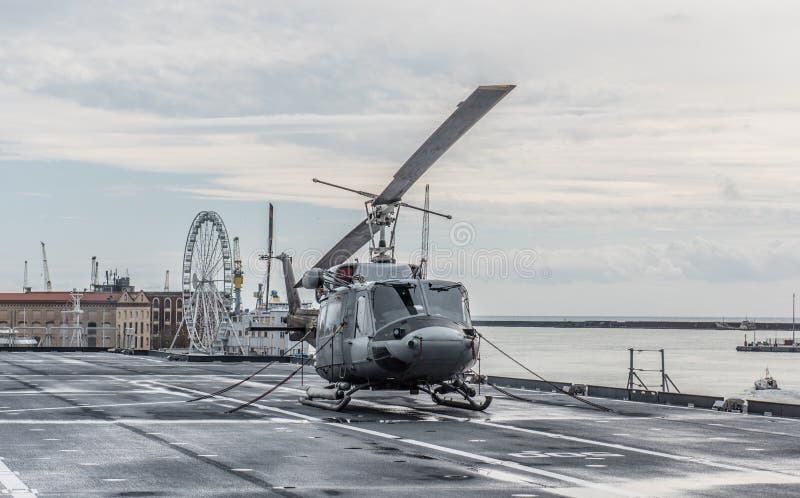 Militär helikopter på däcket av en hangarfartyg royaltyfri fotografi