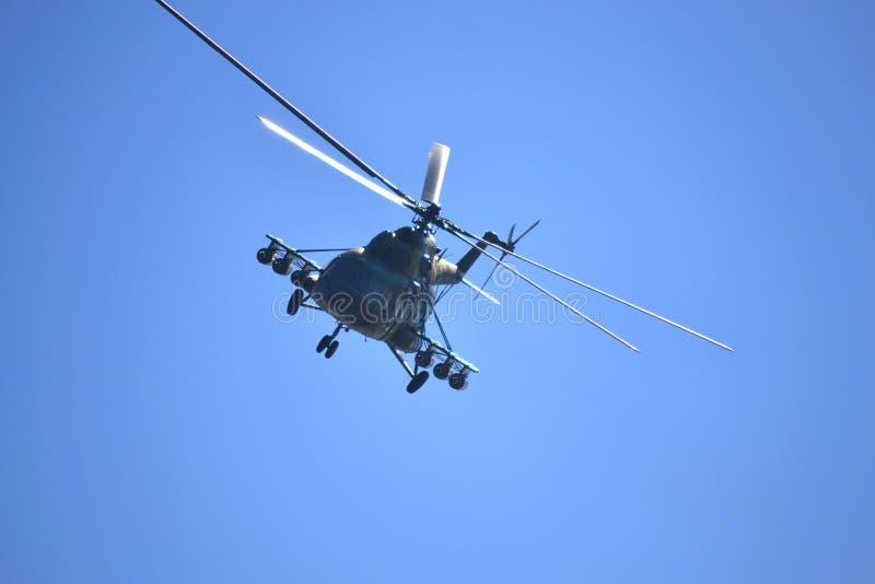 Militär helikopter som flyger främre sikt fotografering för bildbyråer