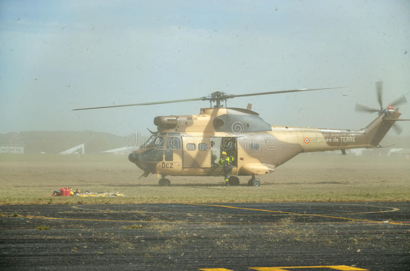 Militär helikopter under evakuering arkivbild