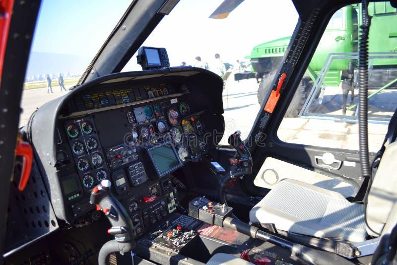 Militär helikoptercockpit royaltyfri bild