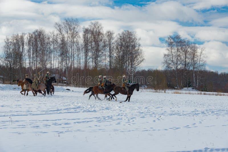Militär-historisk rekonstruktion av kamper av tider av den första världen på det Borodino fältet på mars 13, 2016 royaltyfri fotografi