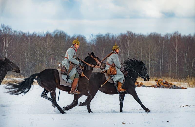 Militär-historisk rekonstruktion av kamper av tider av den första världen på det Borodino fältet på mars 13, 2016 arkivbild