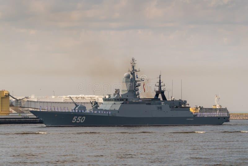 Militär-Korvette läuft entlang Kronstadt während der Feier des Tages der Marine 28. Juli 2019 stockfoto