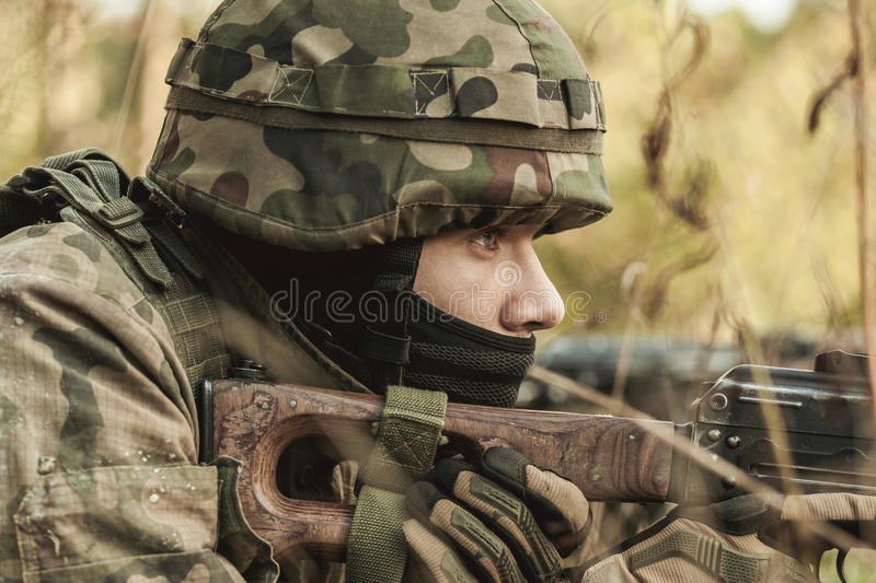 Militär kvinna med ett gevär royaltyfria bilder