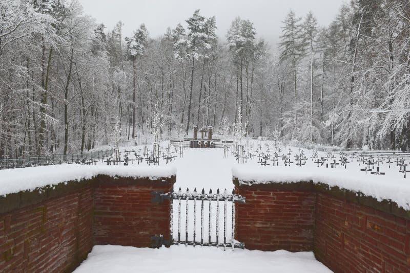 Militär kyrkogård, krigkyrkogård, krigkyrkogårdport, vinter för krigkyrkogårdport, skog för vinter för krigkyrkogårdport, allvarl arkivbild
