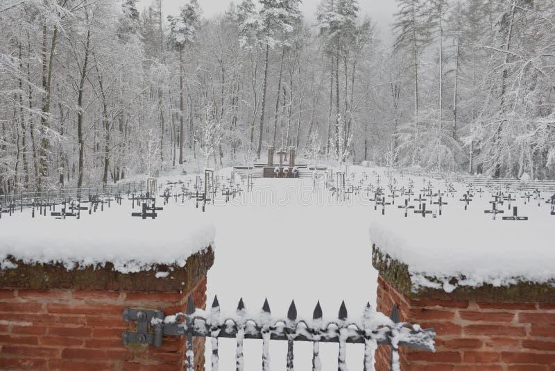 Militär kyrkogård, krigkyrkogård, krigkyrkogårdport, vinter för krigkyrkogårdport, skog för vinter för krigkyrkogårdport, allvarl arkivbilder