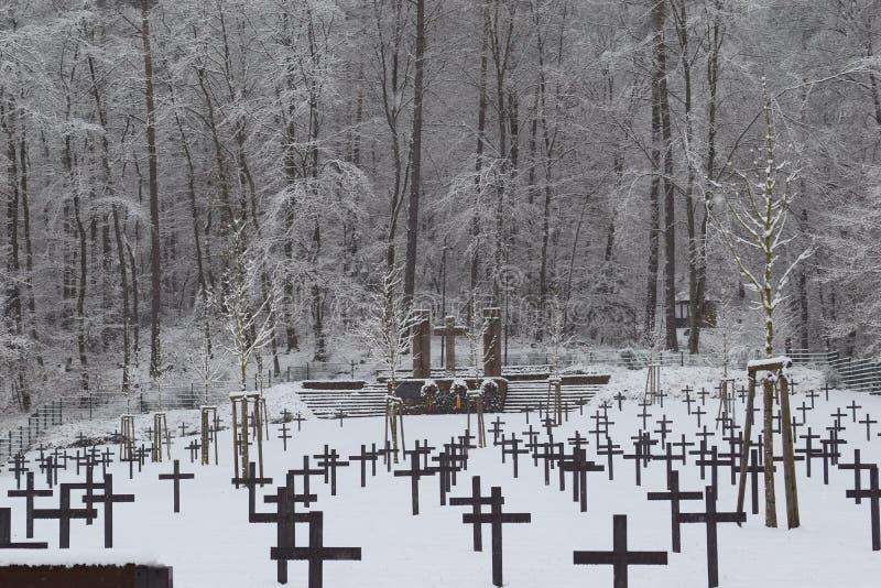 Militär kyrkogård, krigkyrkogård, krigkyrkogårdvinter, militär kyrkogårdvinter, snö för kyrkogårdsoldatvinter arkivbild