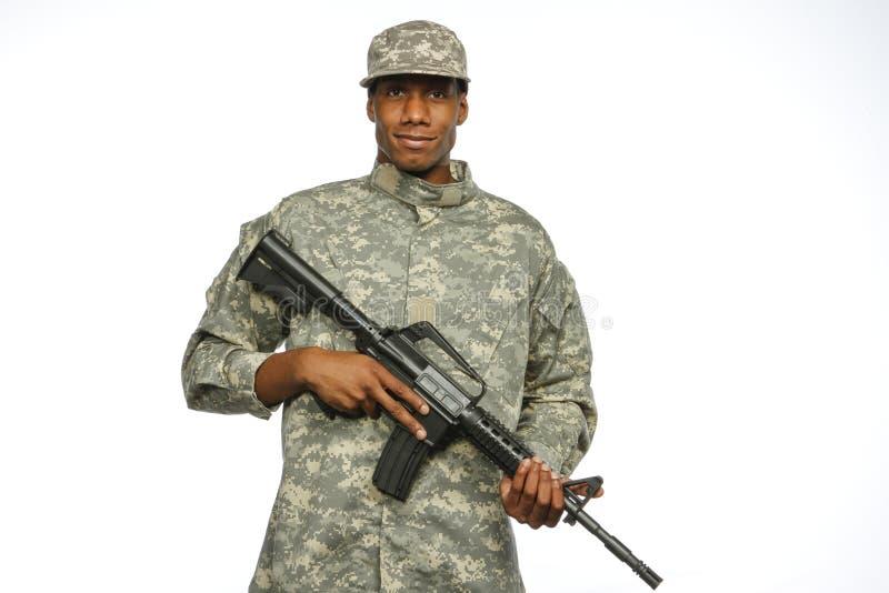 Militär man för ung afrikansk amerikan med vapnet som är horisontal arkivfoton