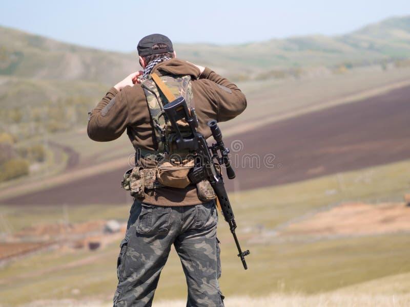 Militär man med prickskyttgeväret SVD som är utomhus-, sikt från baksidan royaltyfria foton