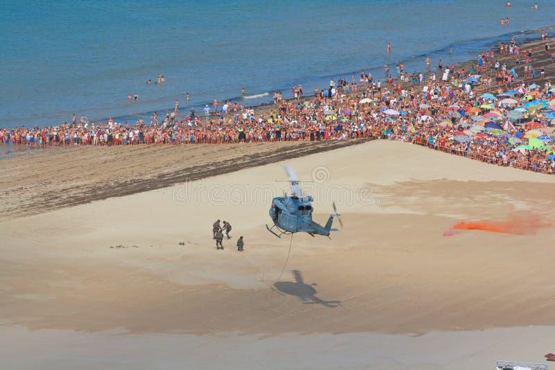 Militär räddningsaktion med helikoptern. royaltyfria bilder