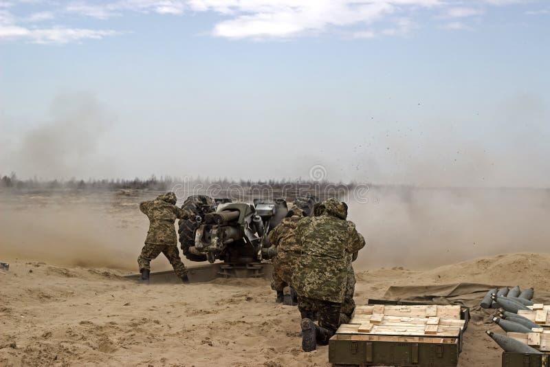 Militär skytte från vapnet för tungt artilleri fotografering för bildbyråer