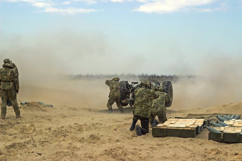Militär skytte från weapin för tungt artilleri royaltyfria foton