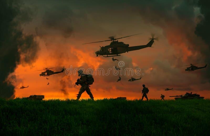 Militär soldat mellan rök och damm i slagfält fotografering för bildbyråer